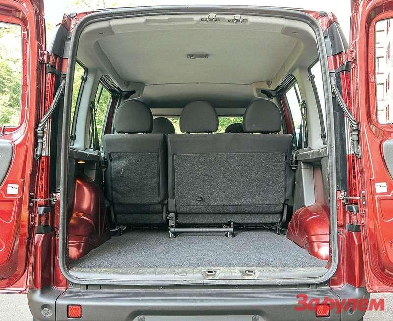 Распашные двери грузового отсека «Добло» открывают доступ к750-литровому багажнику.