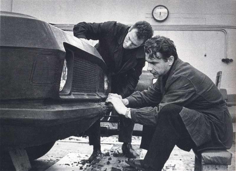 Циколенко иКиреев залепкой раннего макета 3101,. 1969 год. Этим дизайнерам принадлежит авторское свидетельство навнешний вид ГАЗ-24«Волга». Однако надокончательным обликом ГАЗ-3102 Циколенко не работал. Фото изкниги Александра Лекае «Новая Волга»