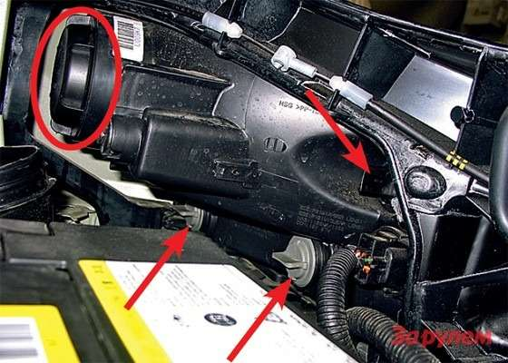Hyundai Tucson: Патроны ламп поворотников всветло-сером окрасе, агабариток вчерном (показаны стрелками). Лампа Н4находится подколпаком (отмечена овалом). Доступ приемлемый.