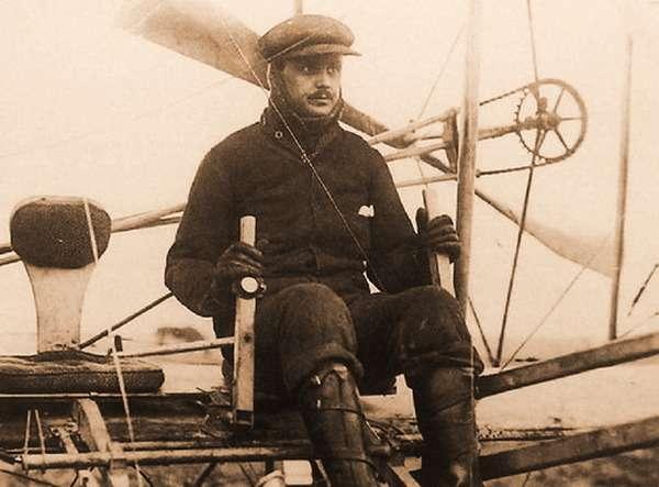 Чарльз Роллс был пионером авиации. Когда в1908 году американец Уилбур Райт устраивал гастроли поФранции саэропланом своей конструкции, Роллс посетил изобретателя ивскоре стал обладателем биплана