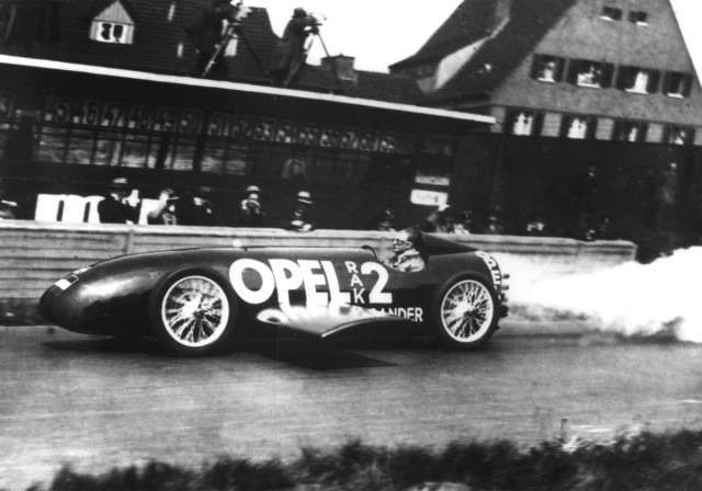 scenes-from-opels-history--fritz-von-opel-breaks-the-land-speed-record-in-the-opel-rak2-1928_100375549_m