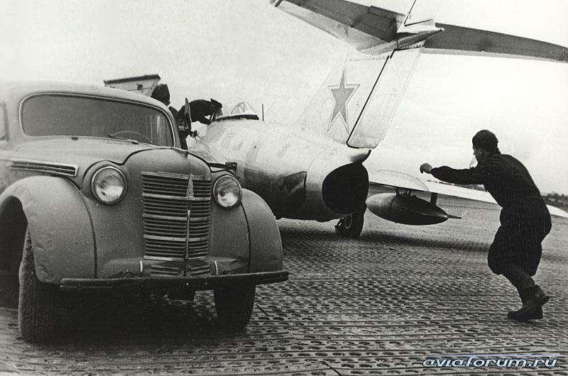 Агрегат АПА-7для запуска авиационных двигателей— единственная оборонная номенклатура МЗМА. Таких было построено около 1000 штук. Их, кстати, часто приходилось ставить обратно наколеса после запуска реактивных двигателей (наснимке— истребитель МиГ-15). Всего жезавод выпустил 2562 шасси 420К. Натаких шасси кузовной завод Министерства пищевой промышленности делал развозные фургоны. Фото: www.aviaforum.ru
