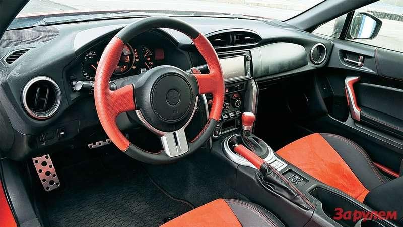 Контрастная отделка, мягкий пластик по-спортивному минималистичной панели— ибогатое оснащение: даже вбазе «Тойота» предлагает мультимедийный центр снавигацией!