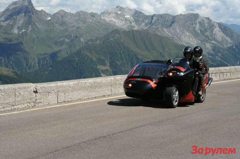 Мотоциклы сколяской нынче— невидаль, атакой— вовсе эксклюзив. Можно только догадываться, как ему дались серпантины Апеннин.