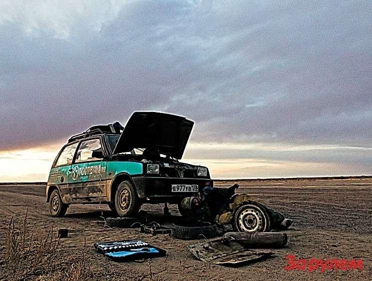 Ремонт сломанной опоры двигателя впоходных условиях. Кусок старой покрышки, хомут ипроволока— можно ехать дальше!