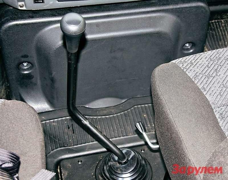 Изогнутый рычаг коробки как напоминание ородстве сГАЗ-53. Капот мотора лезет всалон, сидеть возле него тесно. Нотри места спереди лучше двух.
