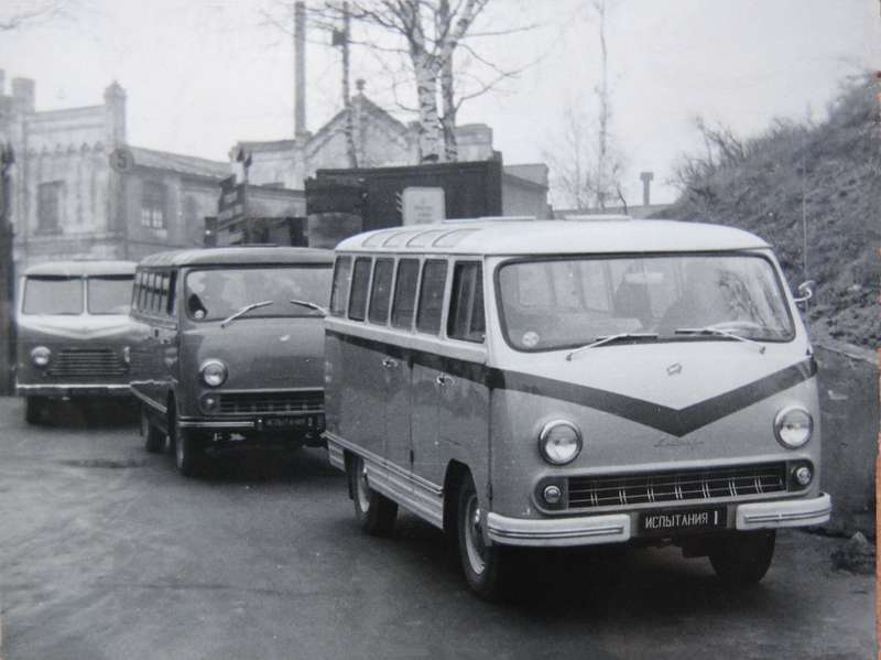 Автобусы уворот завода перед отъездом наиспытания. Потретьей машине (РАФ-977В) можно судить, насколько изменился облик новинки. Осень 1961 года