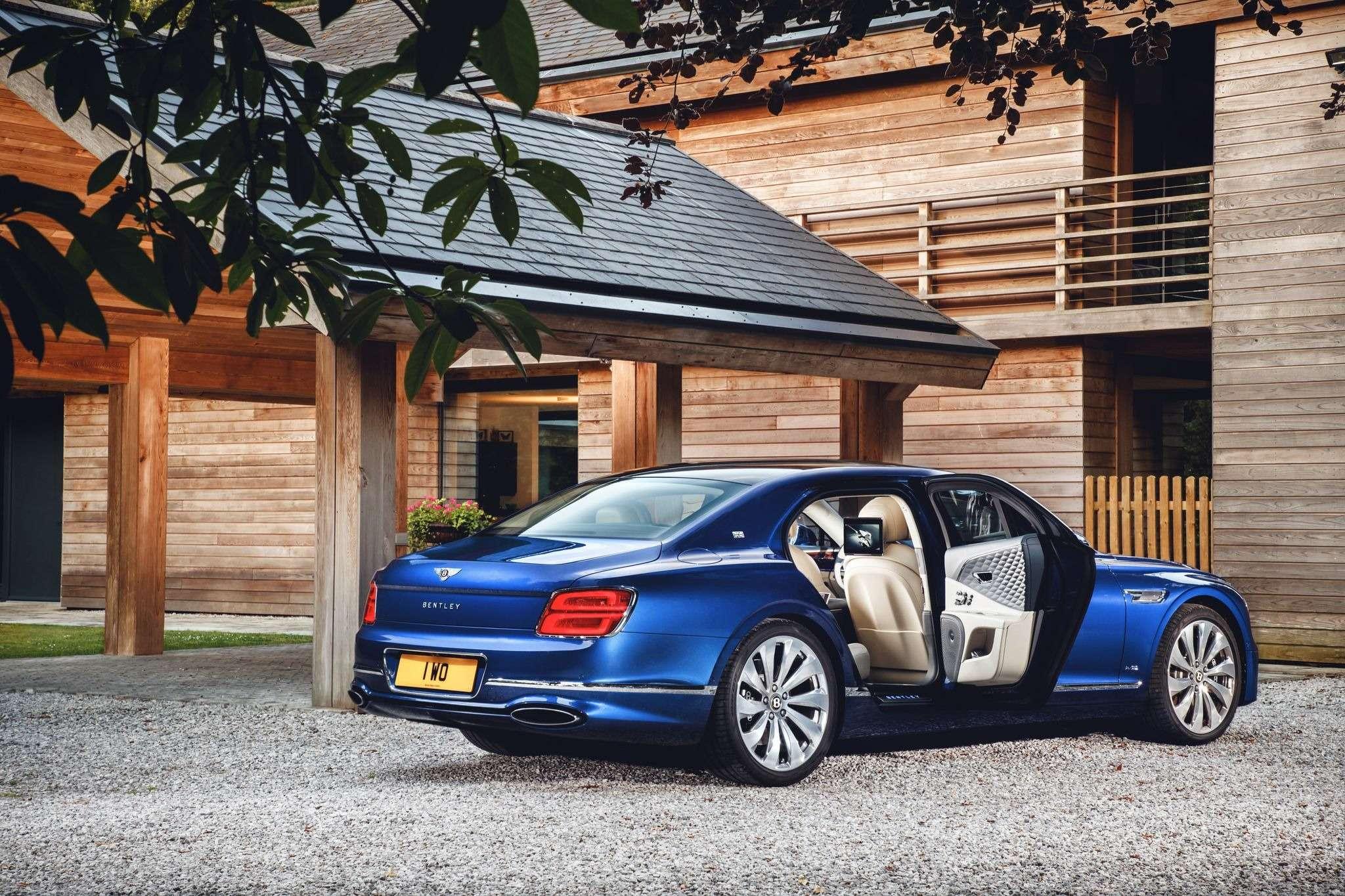 Новый Bentley Flying Spur продали за49миллионов рублей— фото 988257