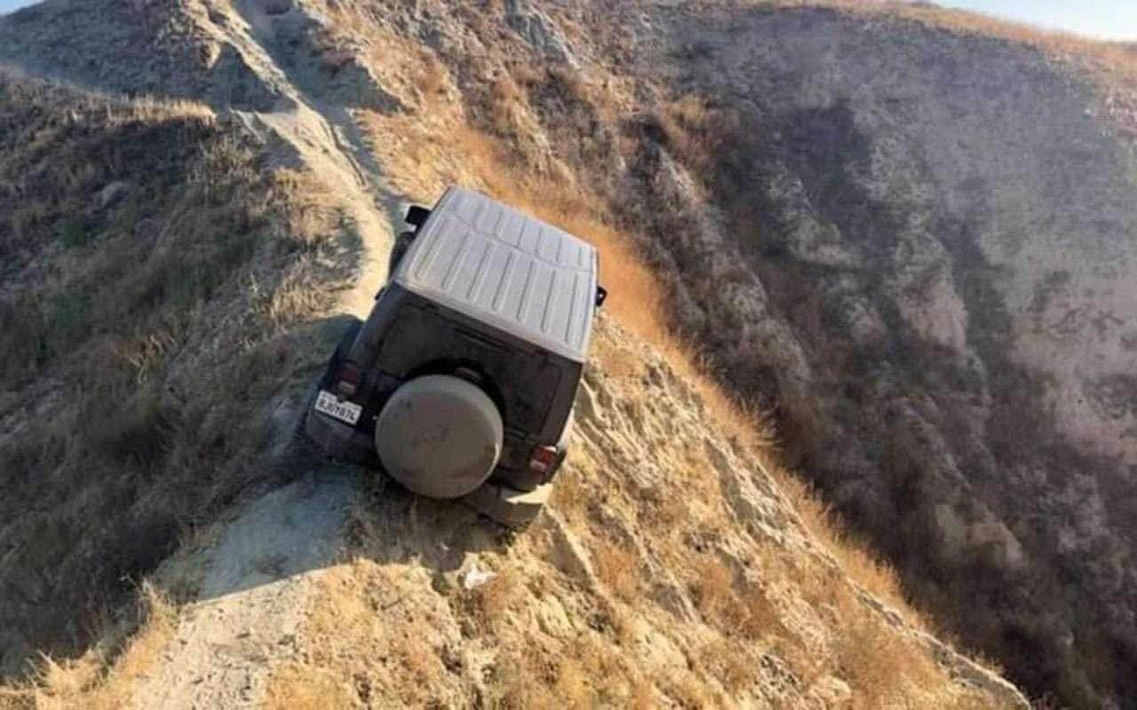 Чемкруче джип, тем... Этот Jeep застрял наскале— фото 1169975