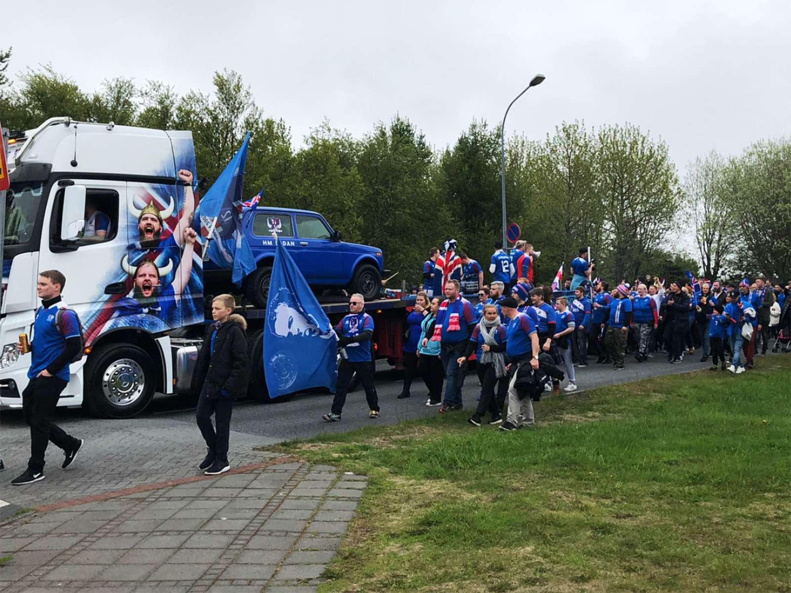 Исландские болельщики едут наЧМ-2018в старенькой Ладе 4x4— фото 878338