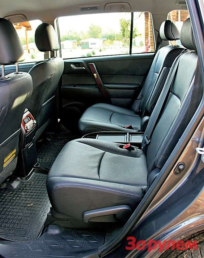 Toyota Highlander: Трехместное заднее сиденье можно превратить вдва индивидуальных кресла сподлокотниками. Только алгоритм раскладки непрозрачен, впервый раз придется помучиться или воспользоваться инструкцией.
