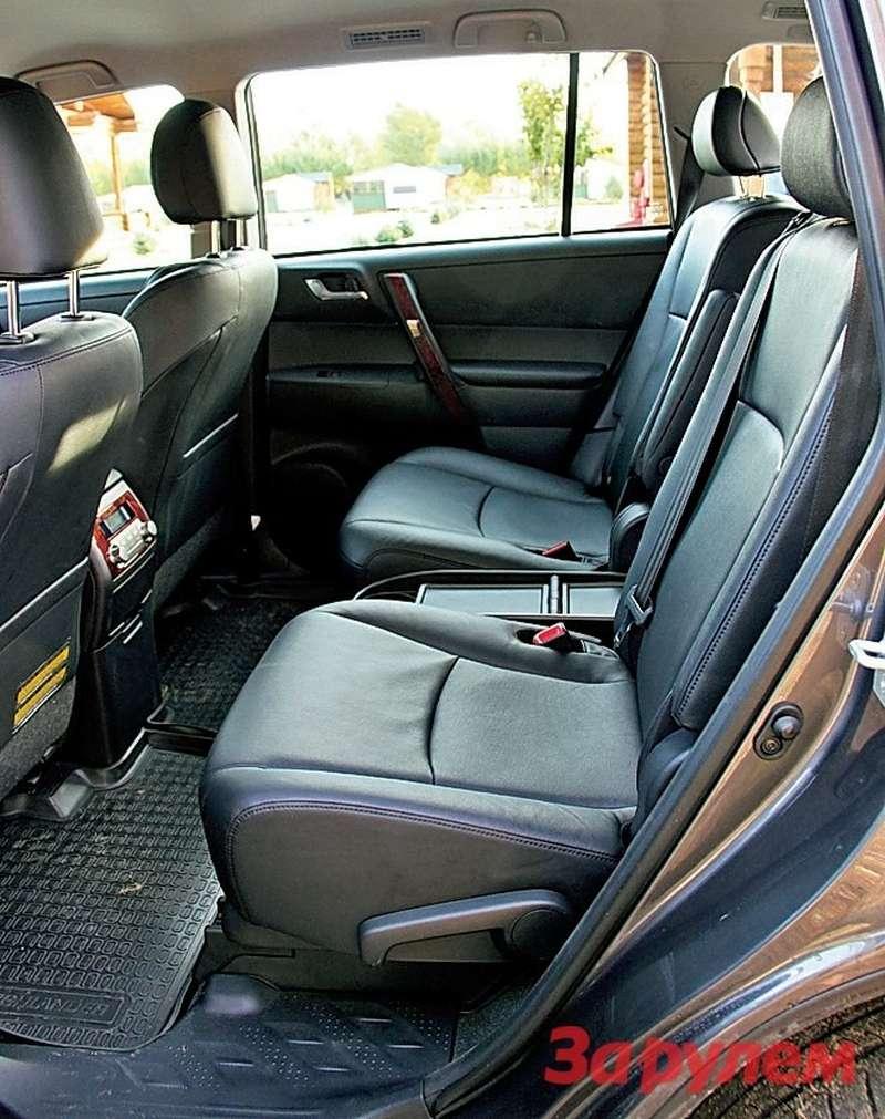 Toyota Highlander: Трехместное заднее сиденье можно превратить вдва индивидуальных кресла сподлокотниками. Только алгоритм раскладки не прозрачен, впервый раз придется помучиться или воспользоваться инструкцией.