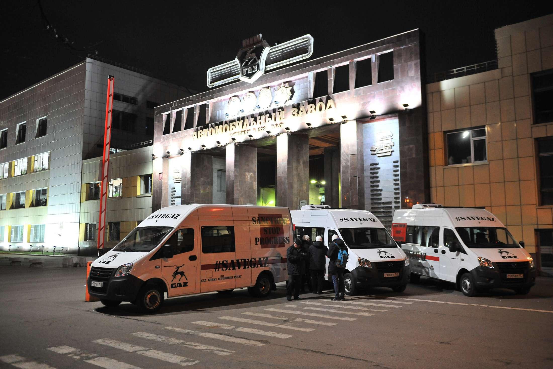 Охужэти санкции! Рабочие ГАЗа отправились протестовать вГерманию— фото 1012722