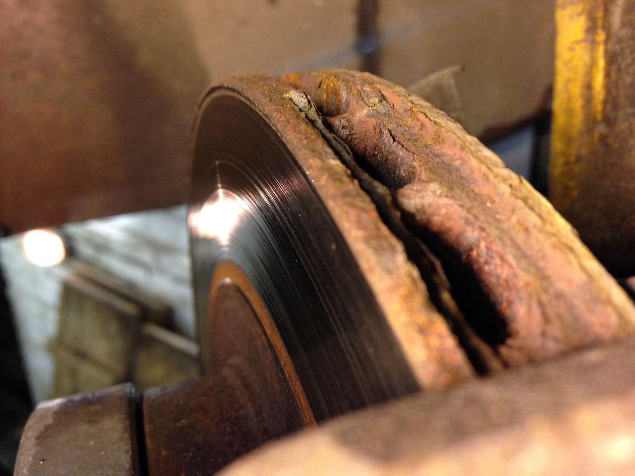 Каксамостоятельно оценить износ тормозных колодок идисков?— фото 834848