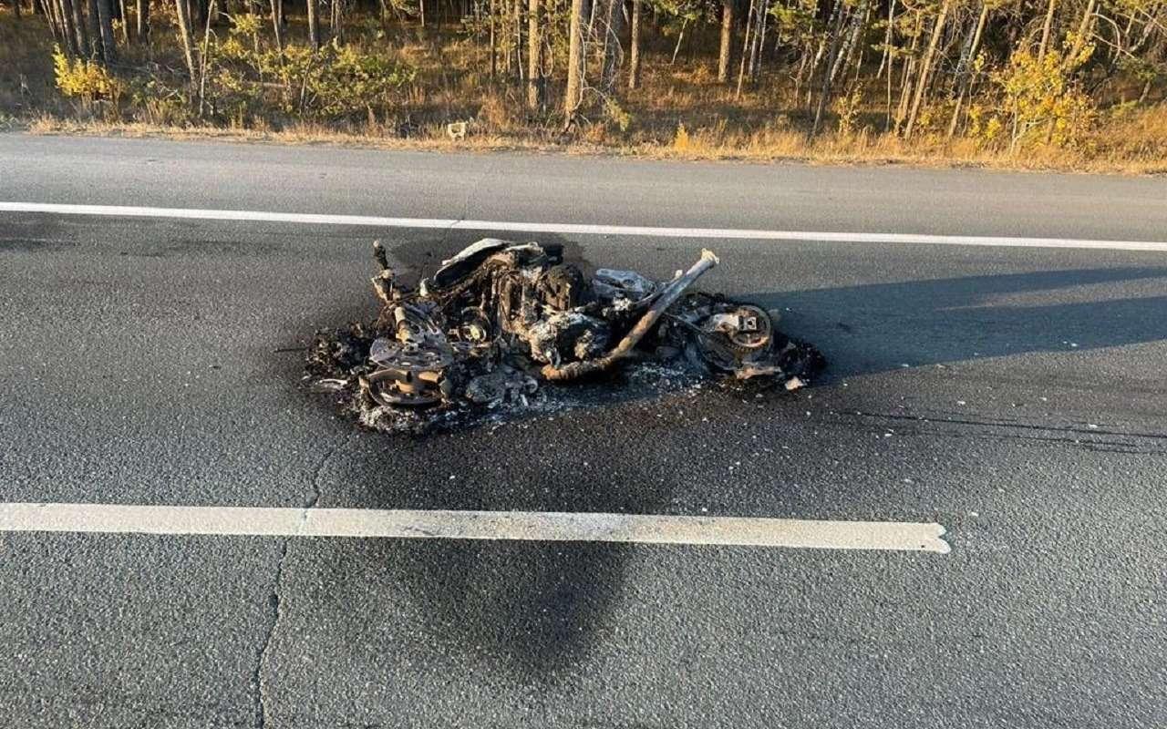 Байкер влетел вавтомобиль, мотоцикл сгорел дотла (видео)