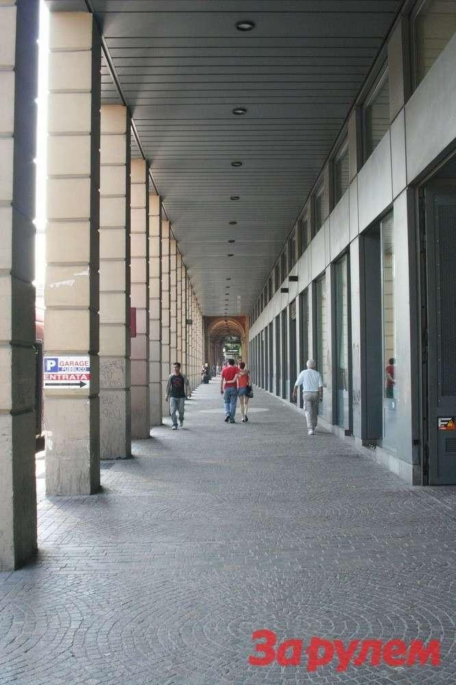 Болонья вмежсезонье— город дождей, потому испокон веков тротуары здесь прячут подкрыши.
