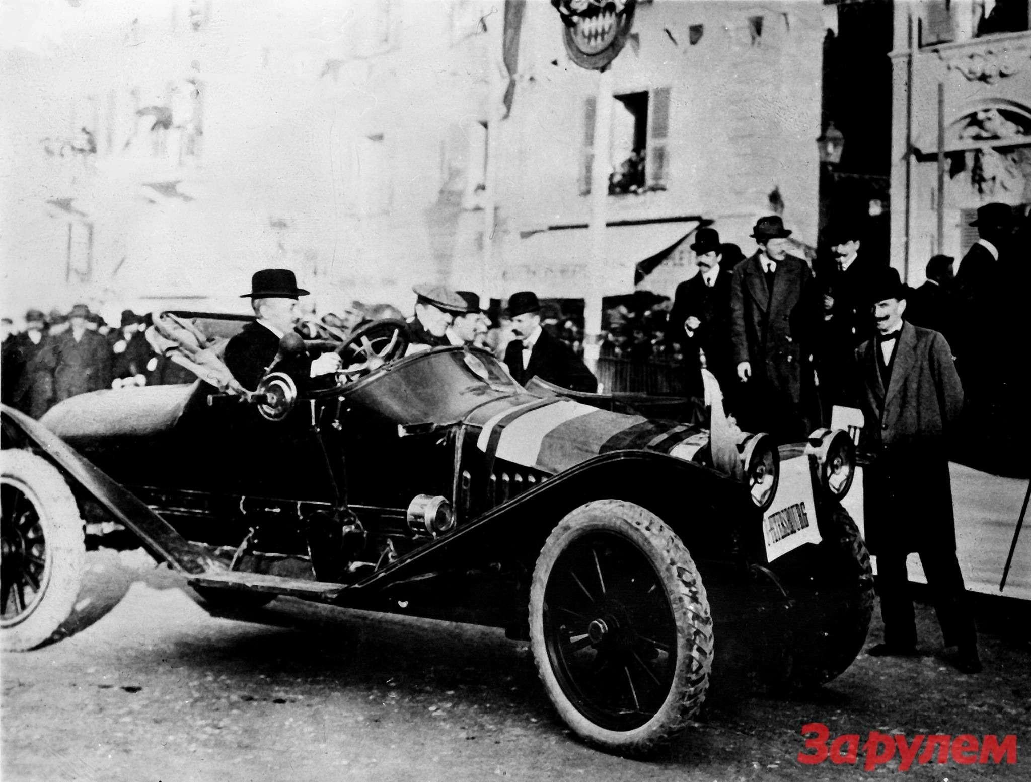 Руссо-Балт С24-50на финише ралли 23(10) января 1912 года. Зарулем Андрей Нагель, рядом— Вадим Михайлов