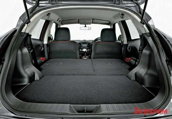 Особого простора ВЗАДНЕМ РЯДУ ненаблюдается, однако благодаря высоко расположенной подушке места дляног вбольшинстве случаев хватает. Складная жеспинка дивана делает небольшой багажник вполне себе функциональным