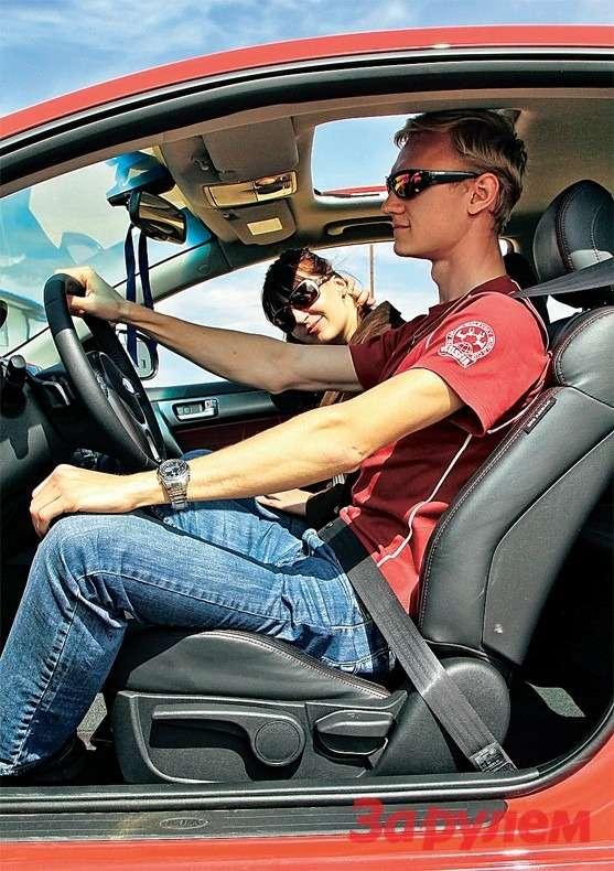 Водительское сиденье расположено высоко, рослые драйверы подпирают головой потолок. Выиграть можно лишь 5мм, сдвинув шторку люка.