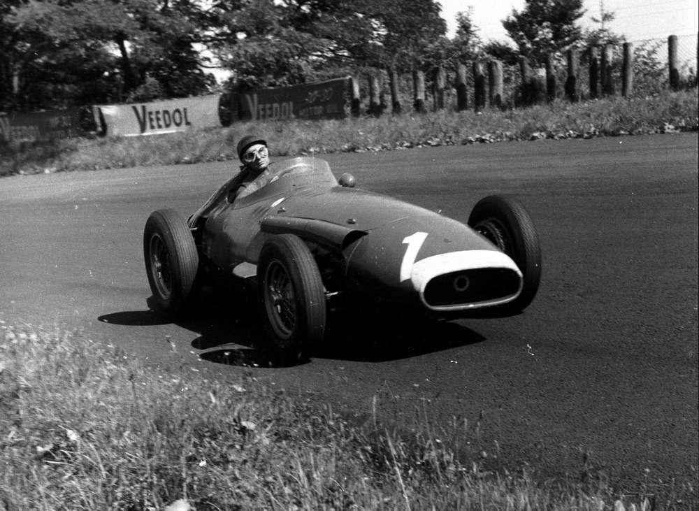 Maserati 250F, накотором Фанхио стал чемпионом впятый раз. Конструктор машины Джулио Альфьери. 4августа 1957 года наГран При Нюрбургринга Фанхио потерял 45с напит-стопе из-за заклинившей гайки крепления колеса. Иза7кругов успел нагнать иобойти Ferrari Хоторна иКоллинза. «Яникогда не гнал так быстро, ивряд ликогда-либо смогу повторить это»,— сказал Фанхио репортерам.Фото: www.newspress.co.uk.