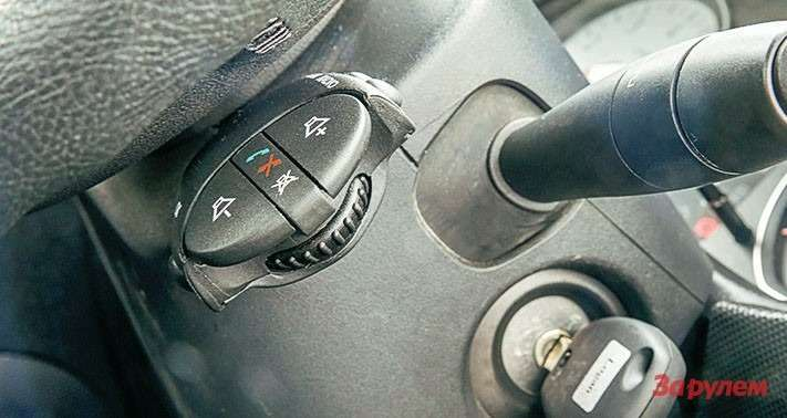 Подрулевик аудиосистемы «Рено-Логан» невиден зарулевым колесом.