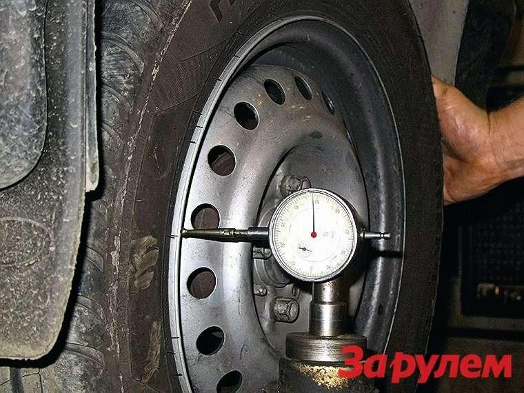 Медленно вращая колесо, контролируем биение обода впоперечном направлении. Дополнительно проверим ишину. Биение свыше 0,5мм нежелательно. Столь жеважно ограничить ирадиальное биение колеса. Только колесо правильной формы есть смысл балансировать.