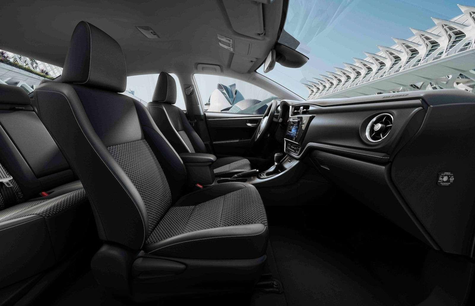 Toyota представила обновленный седан Corolla— фото 599030