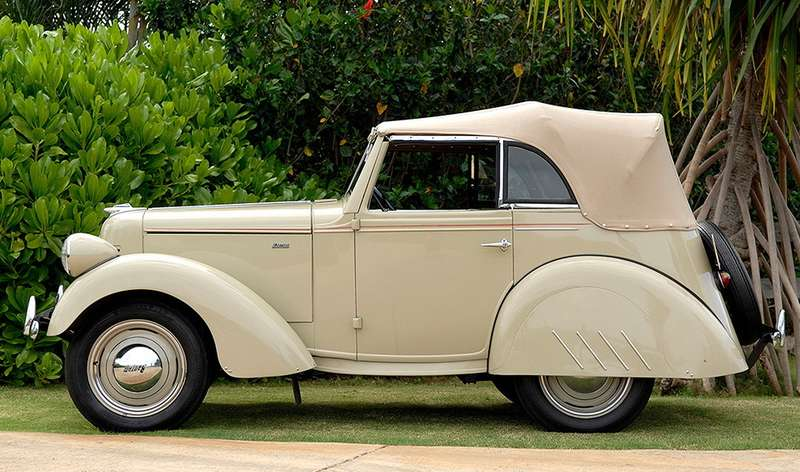 Участвовал деСахновски иводной измногих попыток освоения американской автомобильной промышленностью компактных моделей. Машина, выпускавшаяся фирмой American Austin поанглийской лицензии, продавалась плохо, ив1937 году Сахновского попросили придать ейболее привлекательный вид. Наснимке— вариант 1939 года