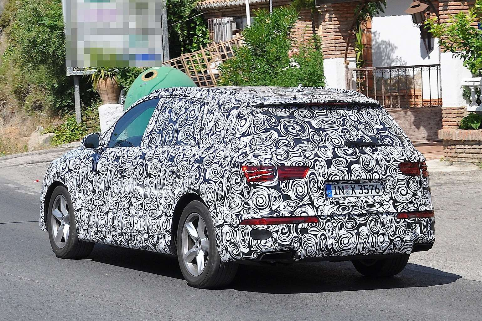 audi-q7-prototype-shows-its-headlights-and-trapezoidal-exhausts-in-latest-spy-photos-1080p-5