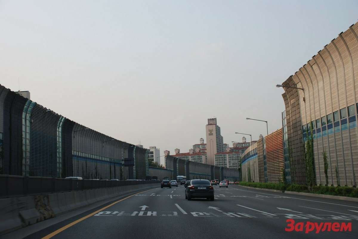 Сотни городских дорог отгорожены отгорода высоченными шумоулавливающими стенами. Эстетично иэффективно.