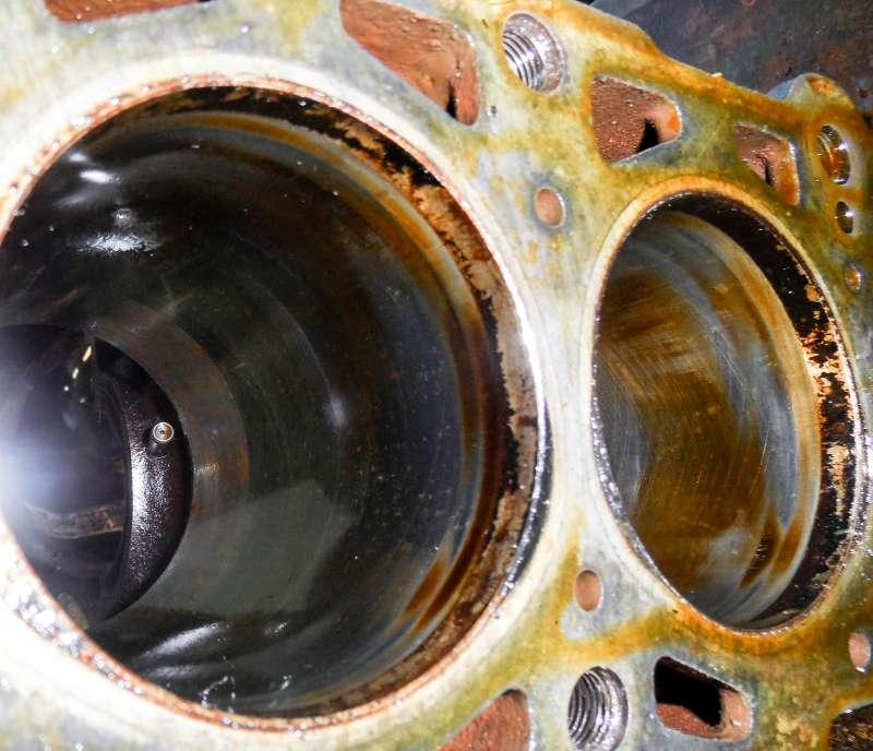 «Карельская береза» на поверхности цилиндров – защитный слой, который форми- рует масло Cupper. Судя по цвету, действительно «куппер»