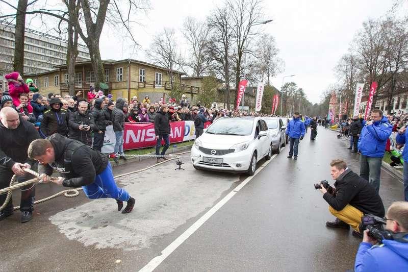 Литовский силач протащил засобой 12автомобилей Nissan Note