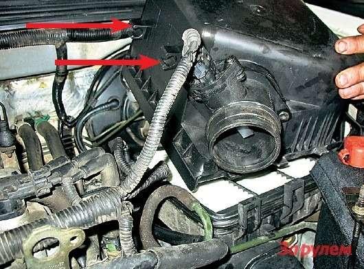 Приустановке крышки воздушного фильтра важно, чтобы все три зацепа впередней части вошли всоответствующие пазы накорпусе. Незабудьте уложить топливный шланг вложементы, показанные стрелками!