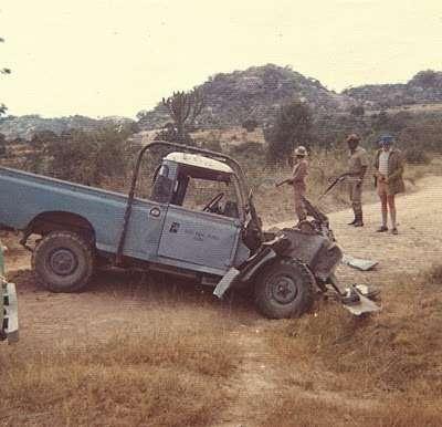 Land Rover после подрыва. Автомобиь не опрокинулся, часть передка разрушена взрывной волной.