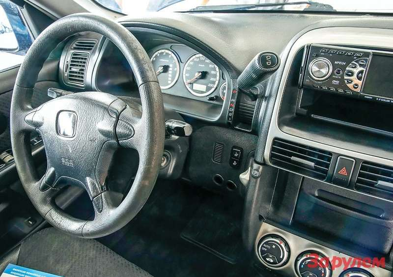 Рабочее место водителя удобно, хотя размещение рычага АКП напередней консоли инеобычно.