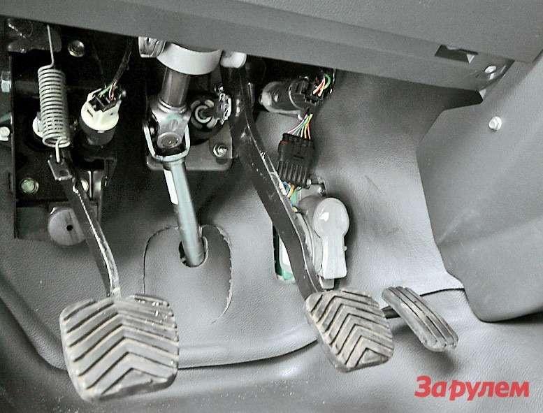 Педаль акселератора— электронная,  без каких-либо тросов ибез тяг