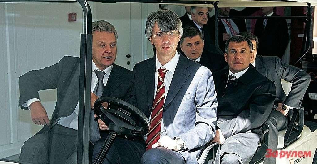 Глава «Соллерса» В.Швецов (зарулем) показывает министру промышленности В.Христенко (слева) новый завод вЕлабуге (2008год).