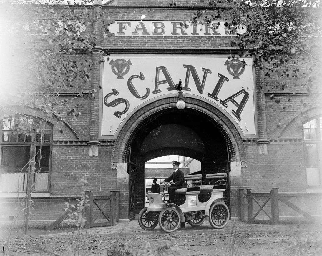 Первый автомобиль Scania попрозвищу «Желтая опасность» уворот завода вМальмё, 1901 год. «Желтой опасностью» втегоды называли массовую миграцию китайских рабочих взападные страны