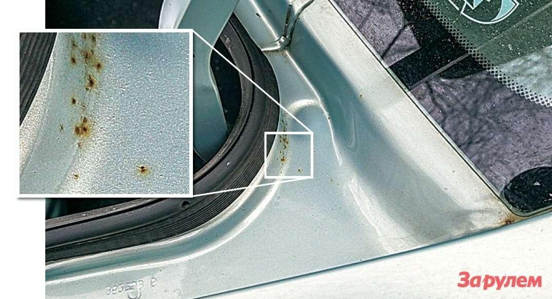 Коррозия более всего напрягает впроеме крышки багажника, подзадним стеклом. Конечно, интересно, когда появится решето, номашину жаль, поэтому регулярно обрабатываю язвы антикором.