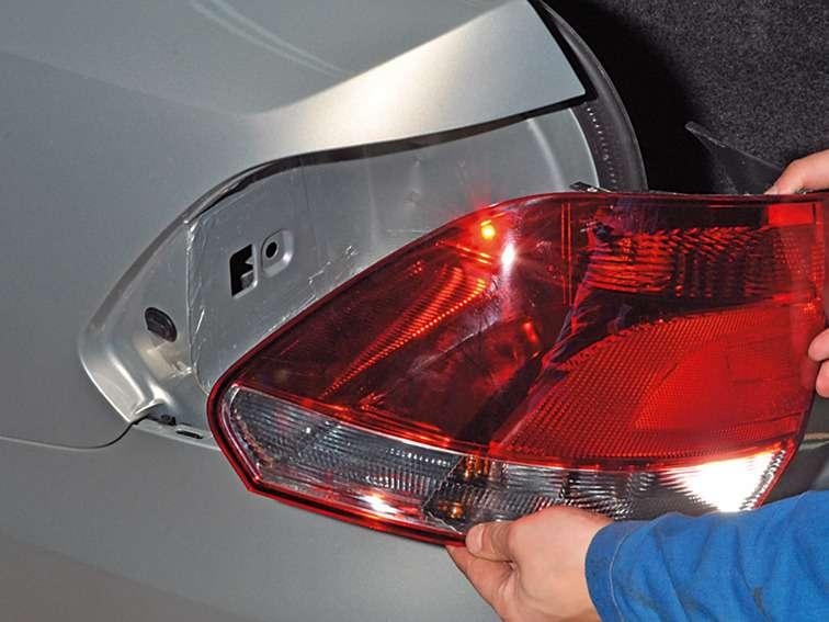 замена лампочки габаритного огня заднего фольксваген поло