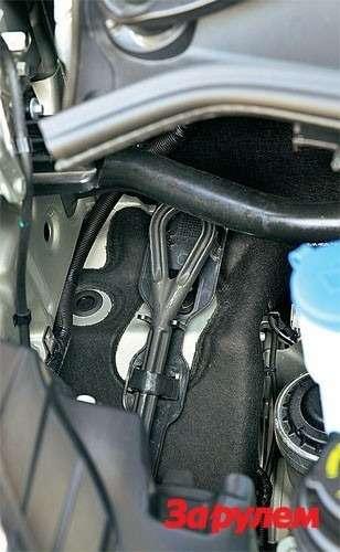 Буксировочная проушина расположена подкапотом. Вдлительной поездке металл детали нагревается— доставать проушину лучше вперчатках.