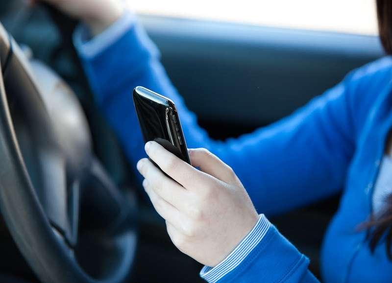 Пользующиеся смартфоном водители больше всего раздражают других