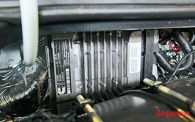 Блок управления двигателем находится  подкапотом, справой стороны