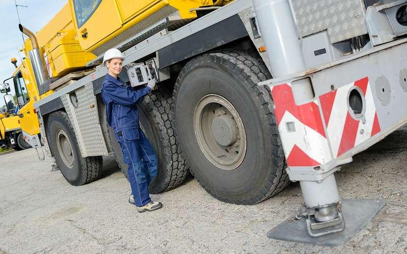 Женщинам разрешат водить тяжелые грузовики— время изменилось!