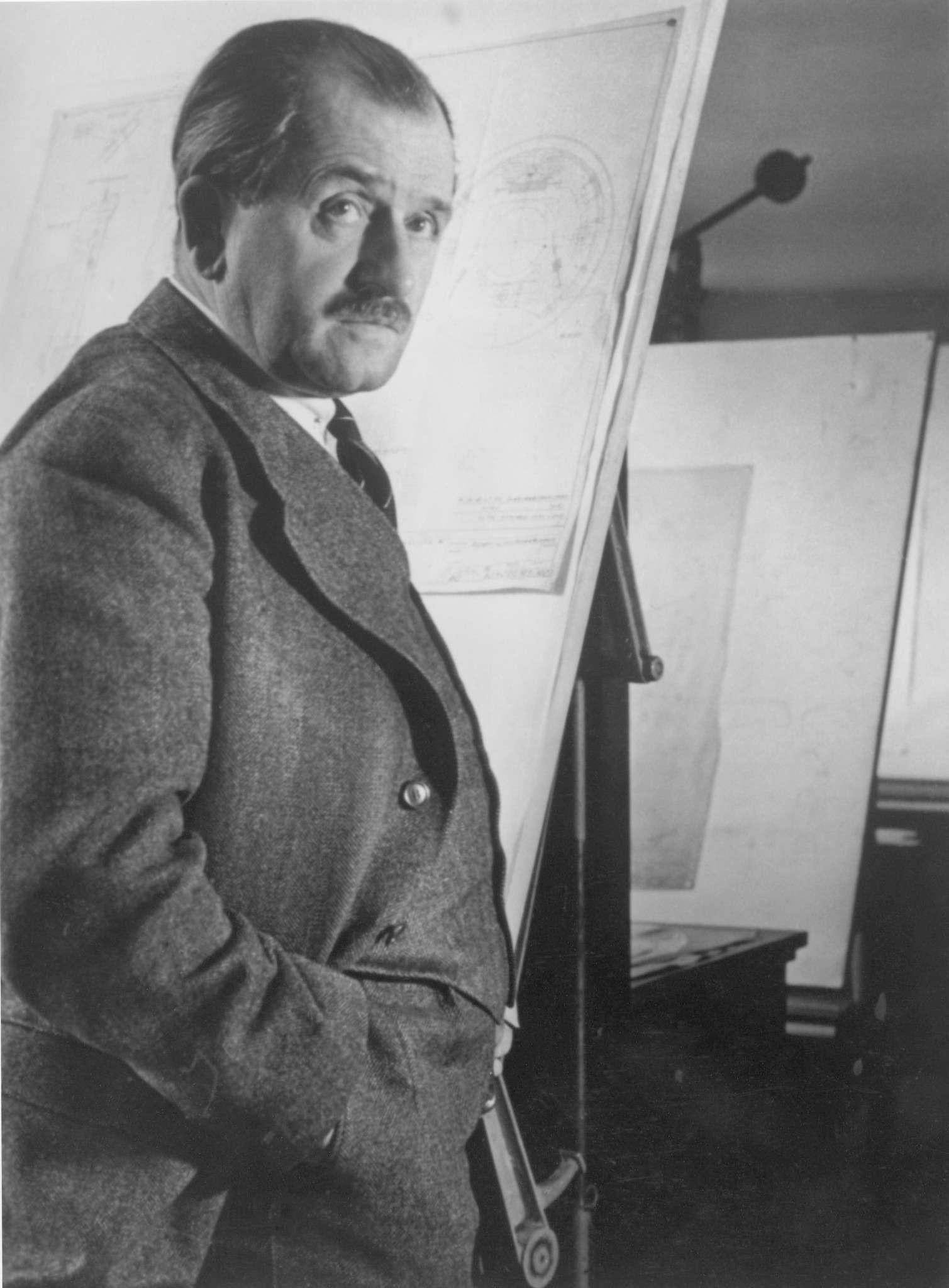 Фердинанд Порше (1875— 1951гг.) всвоем бюро наКроненштрассе, 24в Штутгарте.