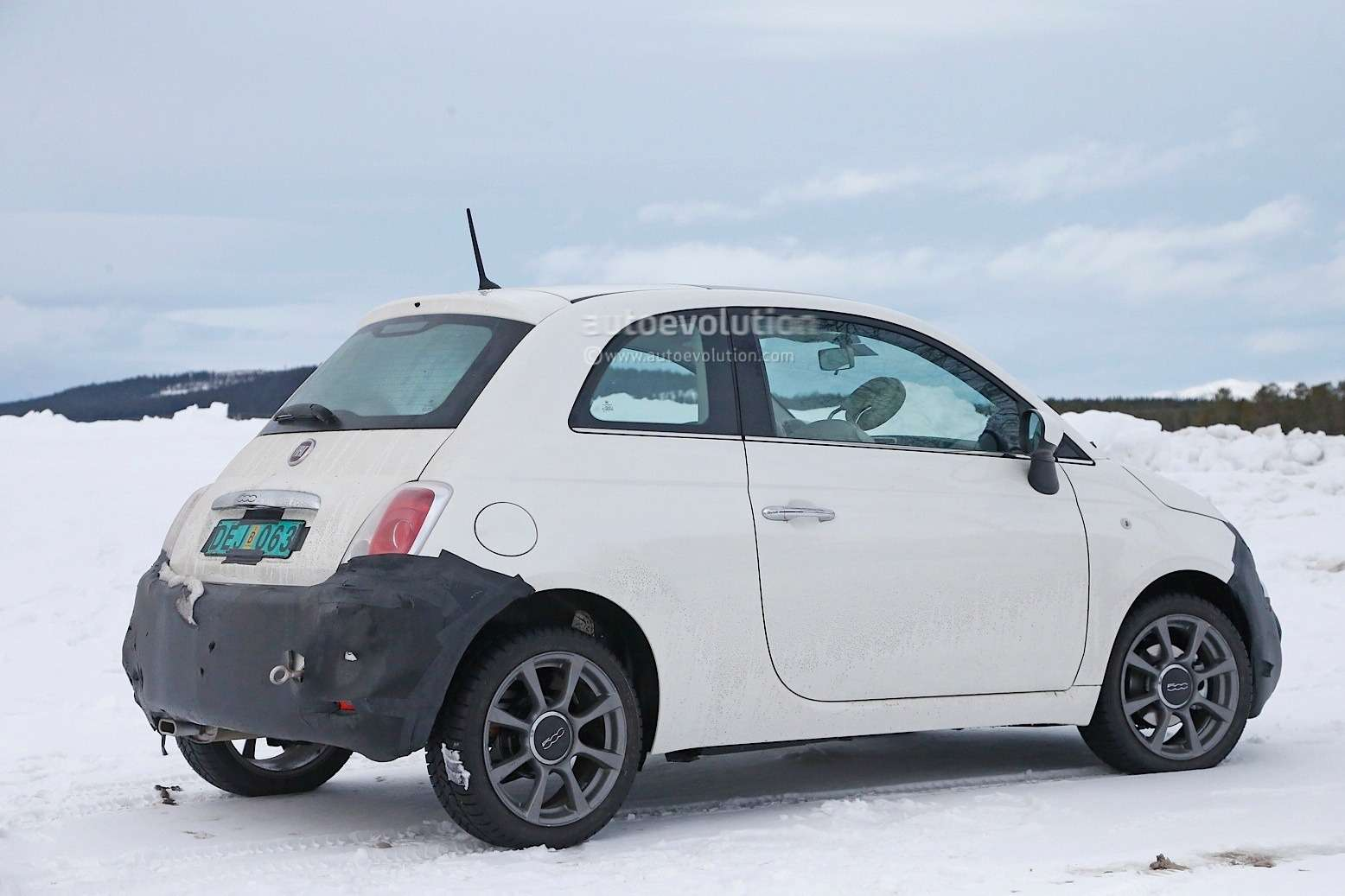2016-fiat-500-facelift-spied-in-detail-during-winter-testing-session-photo-gallery_6