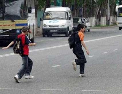 Дети переходят улицу