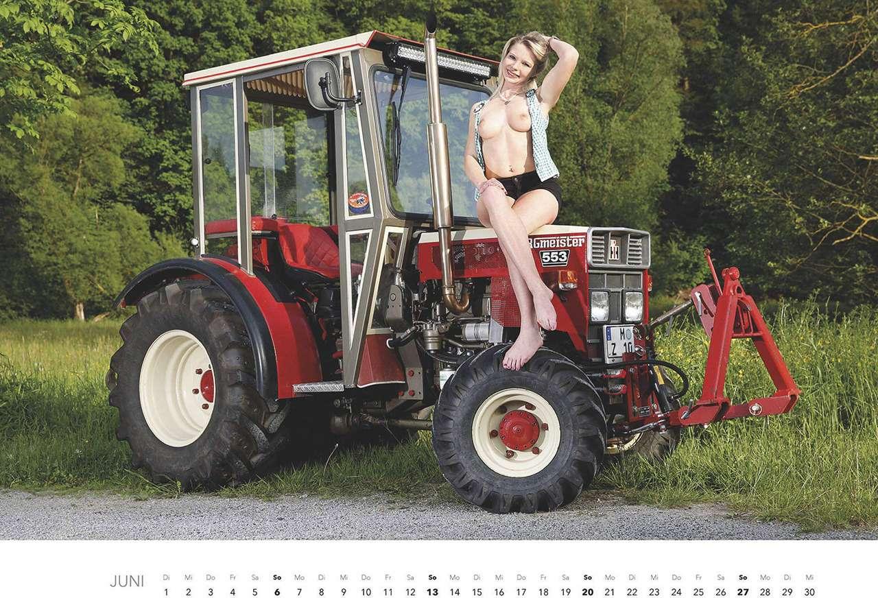 Первый календарь на2021год: неочень одетые трактористки (18+)— фото 1196284