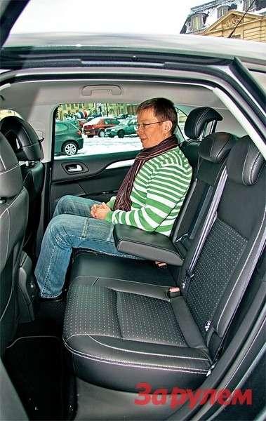 Сидеть назаднем сиденье удобно, нопри посадке впроеме между центральной стойкой иподушкой сиденья застревает ботинок.