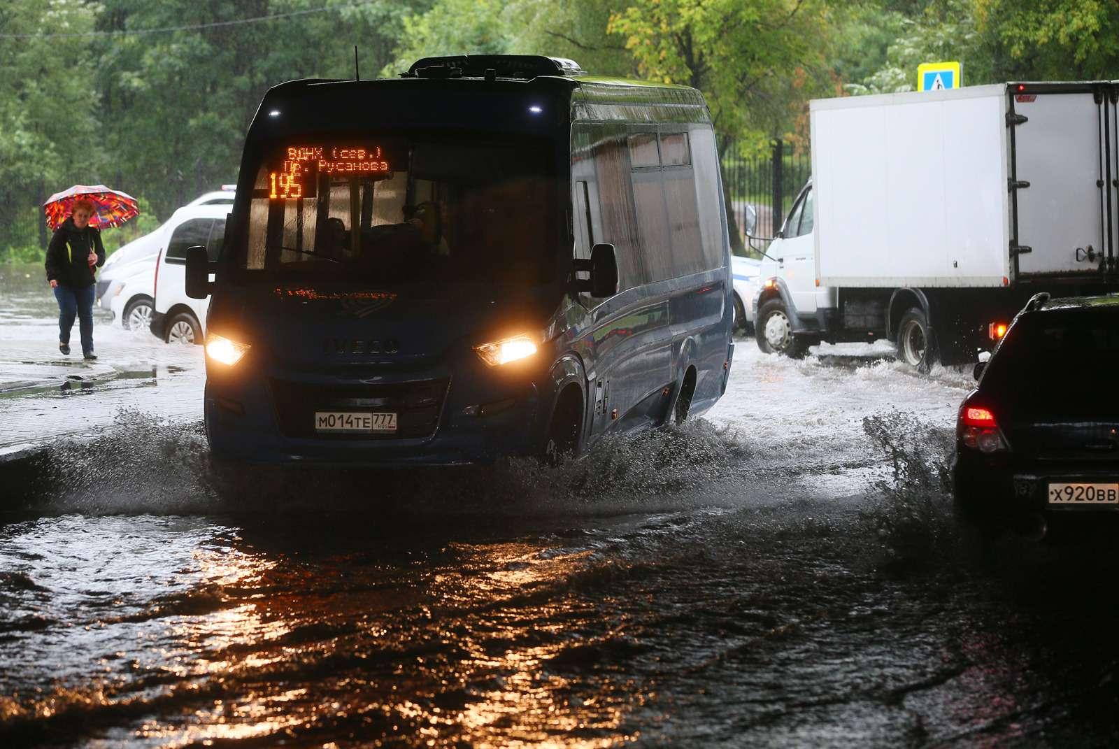 Москва поплыла: Яуза вышла изберегов, насеверо-востоке перекрыто движение— фото 619671